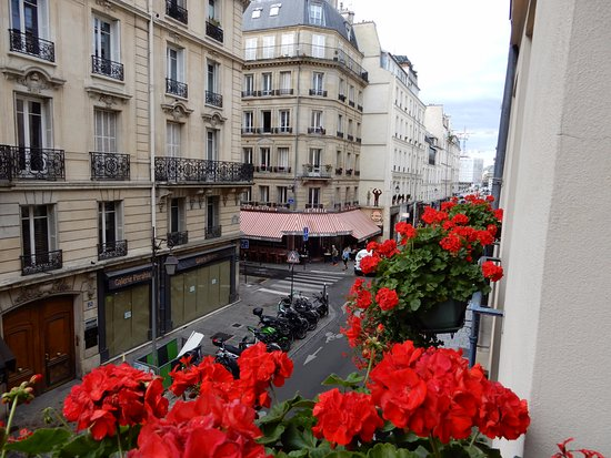 Hotel d'Aubusson: This is the view looking down the street towards the Seine