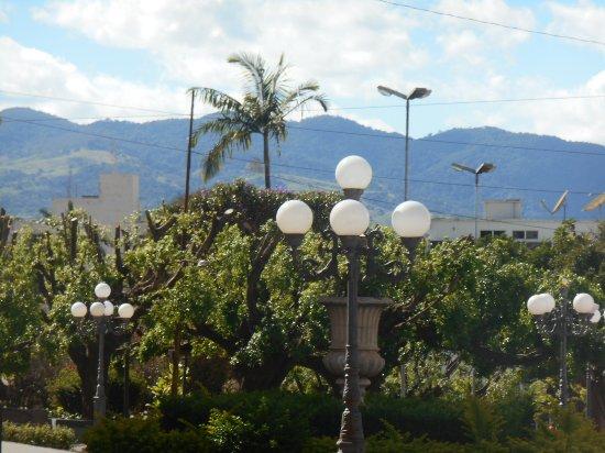 Sao Joao Da Boa Vista: Praça e a Serra ao fundo.