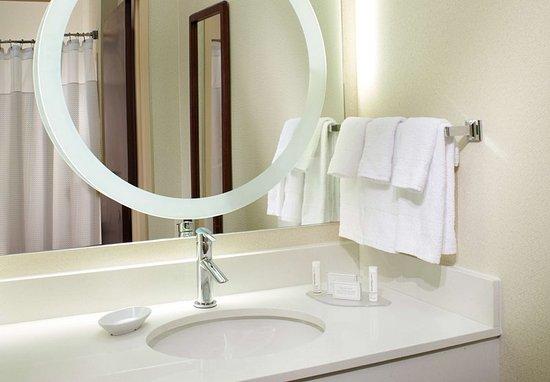 SpringHill Suites St. Louis Chesterfield: Suite Bathroom Vanity