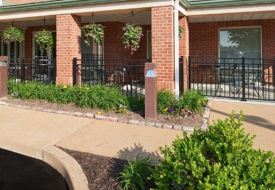Chesterfield, MO: Front Patio