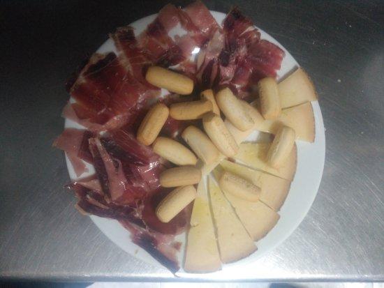 Montoro, Espanha: Plato mixto de jamón ibérico y queso