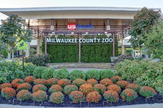 Wauwatosa, WI: Complimentary shuttle to the Milwaukee County Zoo