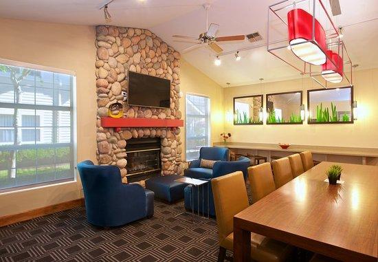 Kent, WA: Lobby Fireplace