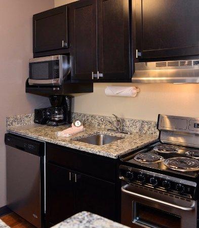 East Lansing, ميتشجان: Studio Suite Kitchen