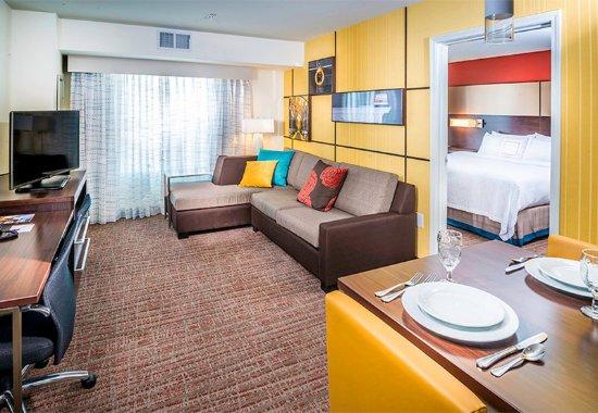 Largo, Μέριλαντ: Two-Bedroom Suite - Living Room