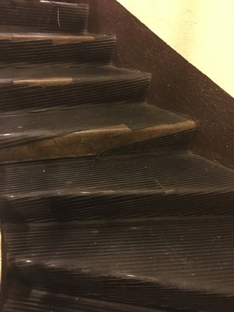 Las Leñas, Argentina: Instalaciones totalmente abandonadas. Ascensor que funciona mal Escaleras rotas Puerta de habita