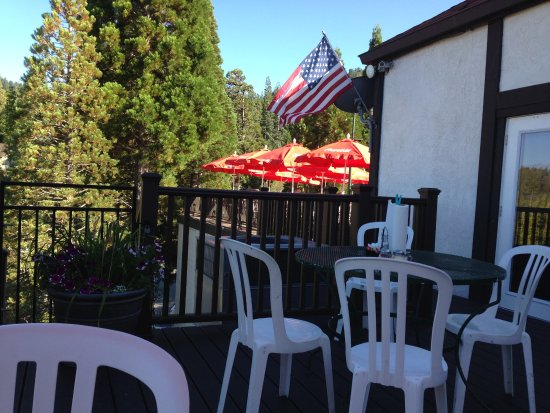 Lake Arrowhead, CA: Patio Seating-but did shake when someone would walk by!!!!