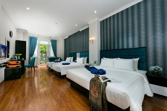 Tu Linh Legend Hotel : Family room with  larger bed & 2 more single beds