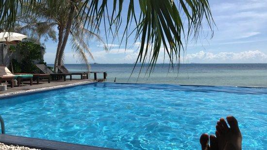 Sunset Cove Resort: Poolside view