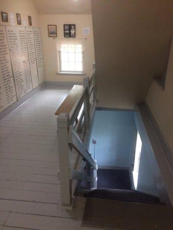 Amana, IA: Piso e escadas de madeira de época