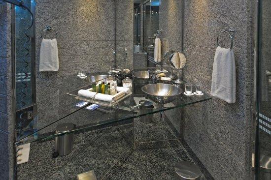 Hilton Dubai Creek: Bathroom
