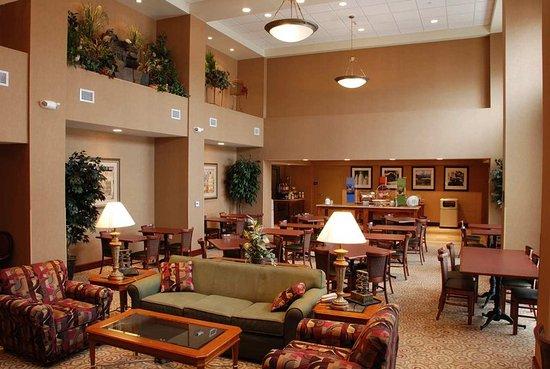 West Bend, WI: Hotel Lobby