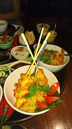 Bumbu Bali 1: 手前は、サテのようですが、確か別のメニュー。その奥はシーフードサラダのはず。