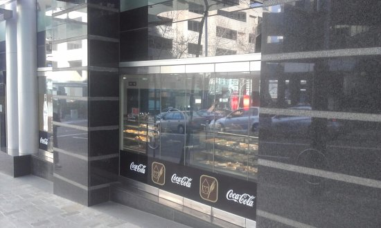North Sydney, ออสเตรเลีย: Street frontage showing display cases