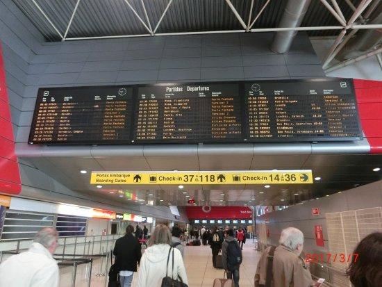 ポルテラ空港はリスボン市街から...
