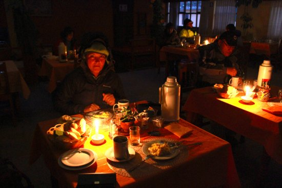 La Posada del Colca: Strømmen var gået, så morgenmaden blev spist i stearinlysets skær