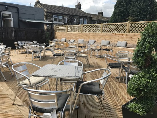 Yeadon, UK: Al fresco dining on the decking area