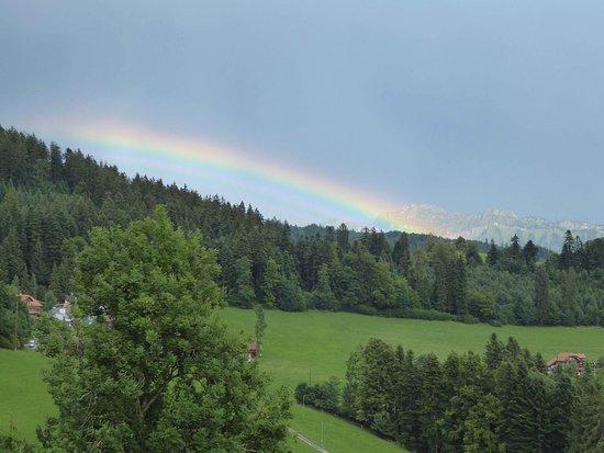 Heiligenschwendi, Sicht vom Kurhaus Haltenegg mit Regenbogen über dem Sigriswiler Rothorn
