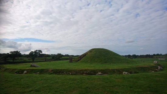 Gaerwen, UK: Bryn Celli Ddu, side view