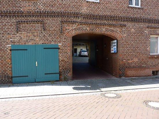 Ueckermunde, Almanya: Ein/ausfahrt Hof /parkplatz
