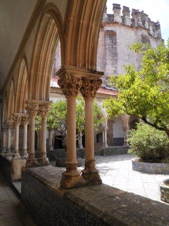 Tomar, Portugal: Particolare di uno dei chiostri interni