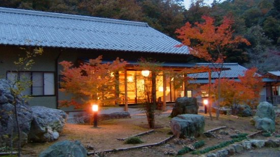Mino, Ιαπωνία: 秋、山間にあるいずみ荘は、紅葉に囲まれる宿です