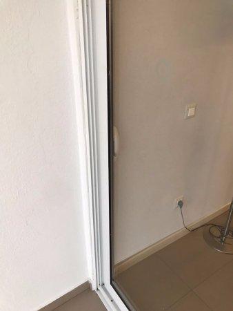 Eden Roc Resort Hotel & Bungalows: porta terrazzo camera senza maniglia esterna(se esci non entri piu')
