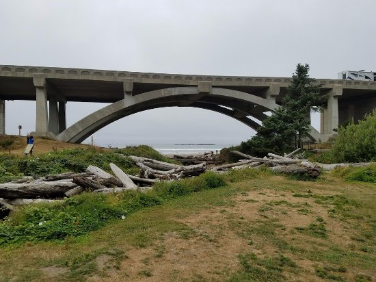 Otter Rock, Oregón: Highway you walk under to get to the beach