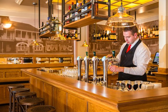 Restaurant Eethuis voor Allen in Zuidlaren - biertappen achter de bar