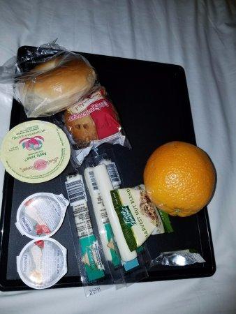 Pelican Shores Inn : Free breakfast items