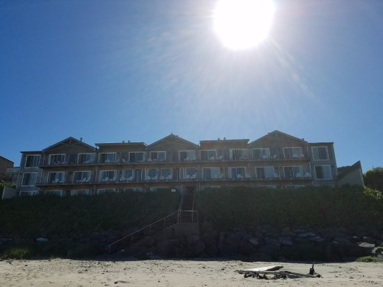 Pelican Shores Inn: View of the hotel from the beach side