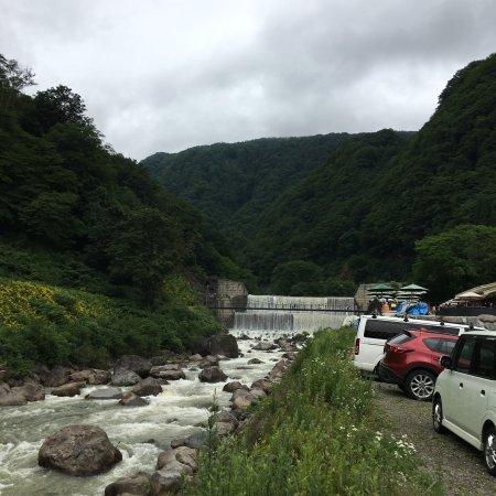 苗名滝, 駐車場から砂防ダムまではハイヒールでも大丈夫。砂防ダムも幅が広く水量多く迫力ありました