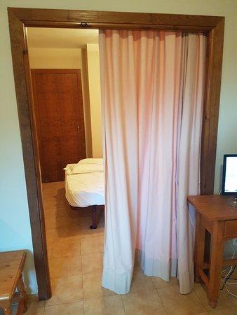 Ransol, Andorra: La habitación está separada de la sala sólo por una cortina. Hay poca intimidad.