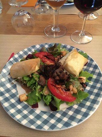 Aurillac, Francia: Nems de cantal avec salade