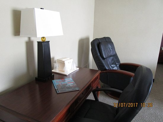 Allen Park, MI: Massage chair and desk