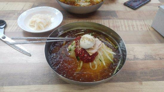 Geoje, Corea del Sur: 이 식당의 대표 메뉴. 밀면