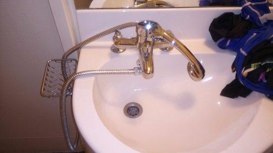 Castelculier, Fransa: douche reliée au lavabo