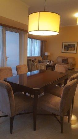 Dubai Marriott Harbour Hotel & Suites: شقة من غرفتين مطلة على البحر و المارينا