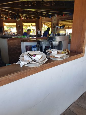 Bodos Bamboo Bar Resort: Tower of used plates next to our new table. For sure that is not the right place for it.