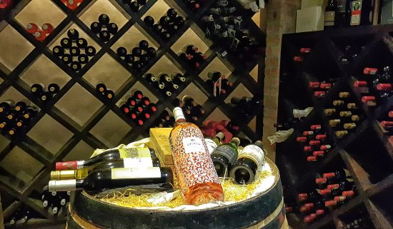Malelane, South Africa: Well-stocked wine cellar at Hamiltons Lodge & Restaurant