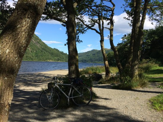 Callander, UK: Loch Lubnaig bij een iets drukkere parkeerplaats (the Cabin) met m'n trouwe metgezel.