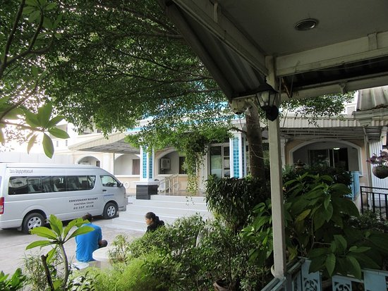 Convenient Resort: ホテル前