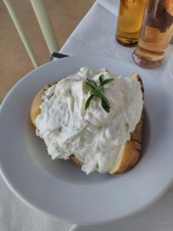 Donousa, Greece: patate al forno con crema di yoghurt