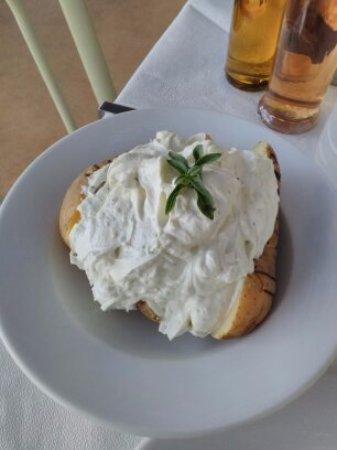 Донуса, Греция: patate al forno con crema di yoghurt