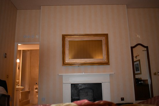 Mohill, Irlanda: Beautiful mantle mirror was a t.v.!