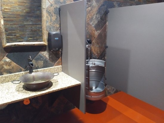 Osseo, Висконсин: Yes, that's a former beer keg converted into a men's room urinal.