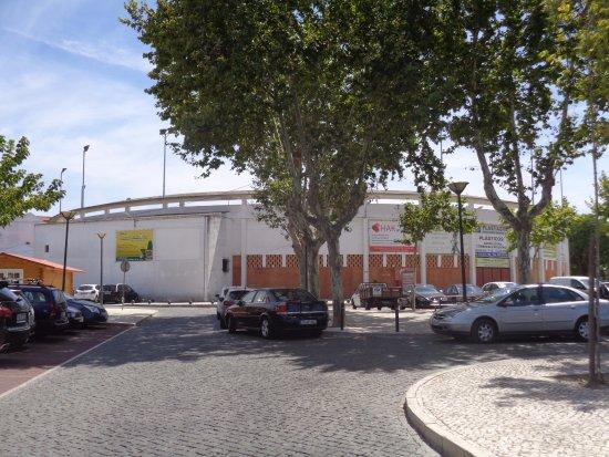Almeirim, Portugal: Praça de touros em frente ao restaurante
