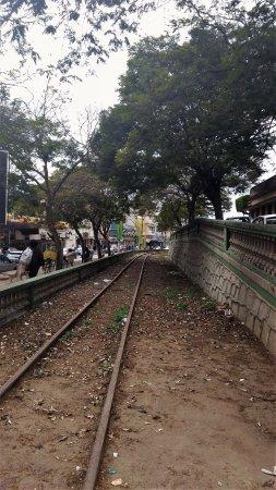 Antiga linha férrea de Muqui, no centro.