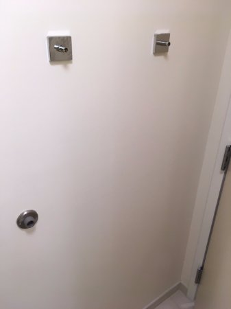 Washington, NC: the missing towel bar