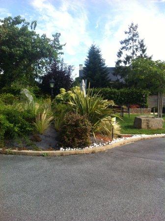 Guilliers, فرنسا: Le jardin de l'hôtel.